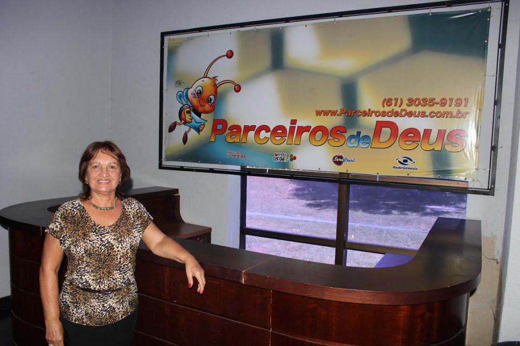 Colaborada dos Parceiros de Deus visita Call Center do projeto
